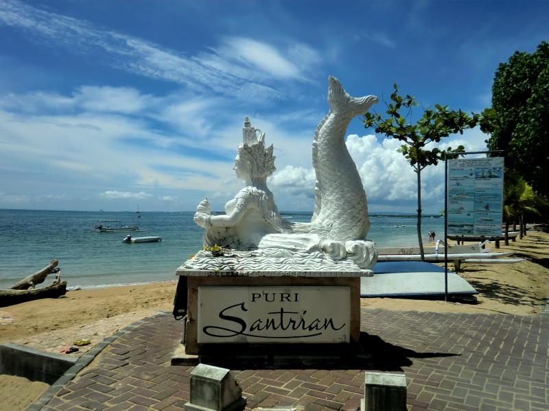 海沿いの遊歩道に、白い人魚の石像