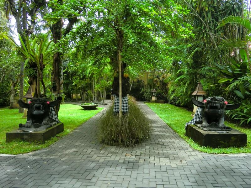 緑の豊富なプリ サントリアンの庭