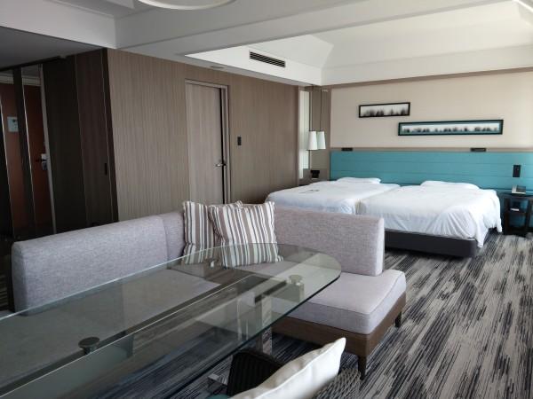 ホテルの広い室内 ツインベッドにソファセット