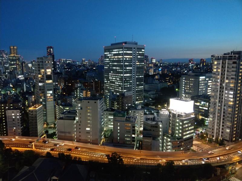 ホテルの高層階から都会の夜景を臨む