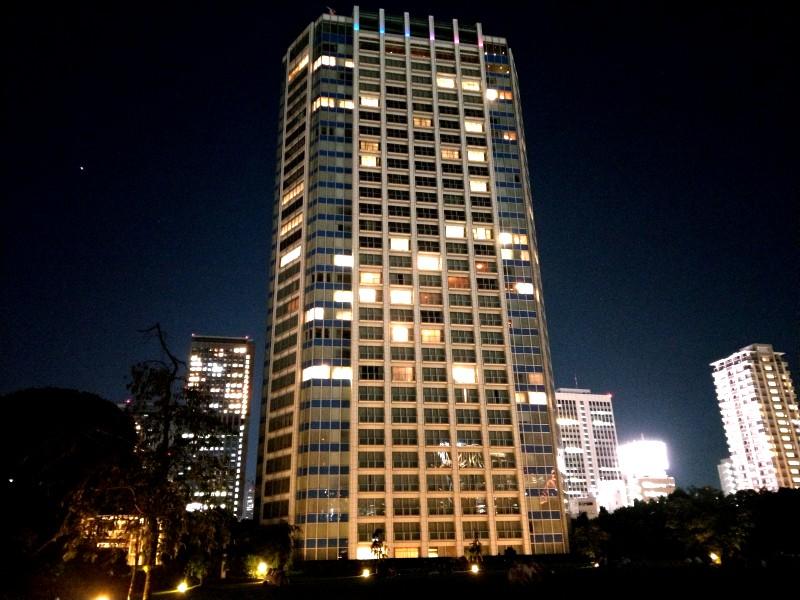 夜、ザ・プリンス パークタワー東京を下から見上げる