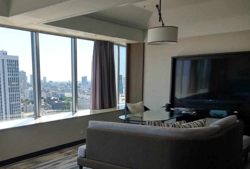大画面のTVがあるホテルの部屋