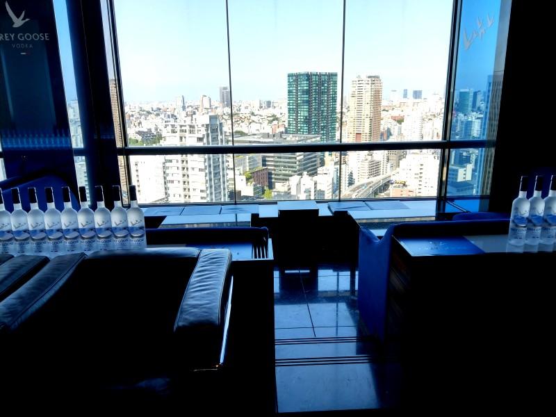 ホテル最上階のバーの窓から望む景色