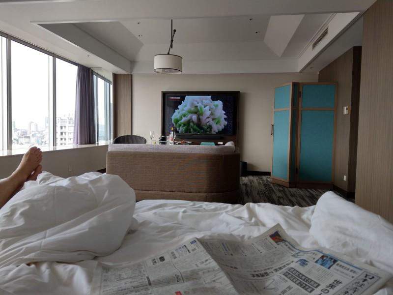 ホテルのベッドの上から部屋を見たところ