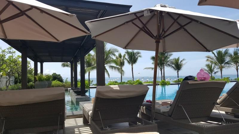 バリ島のホテル、プールサイドから海を臨む