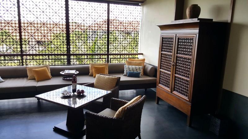 バリ島のホテルのオープンリビング ソファやカフェテーブルが置かれている