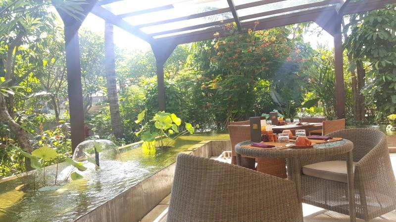 光と緑と水に囲まれた朝食会場:バリ島 フェアモント サヌール ビーチ