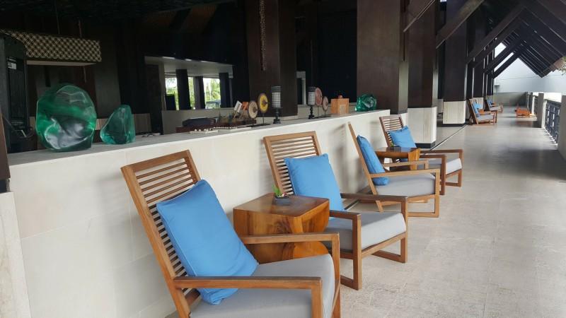 ロビー近くに置かれた椅子:バリ島 フェアモント サヌール ビーチ