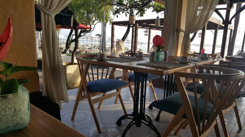 海辺のオープンエアのテーブルで朝食 バリ島 グリヤ サントリアン