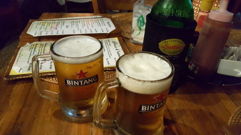 テーブルの上にビールジョッキが2つ ビンタンビール バリ島