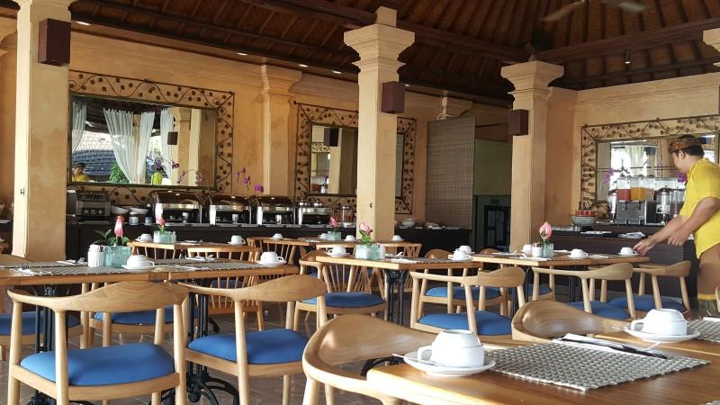 バリ島のホテルの朝食会場 オープンエアのレストランでのビュッフェスタイル