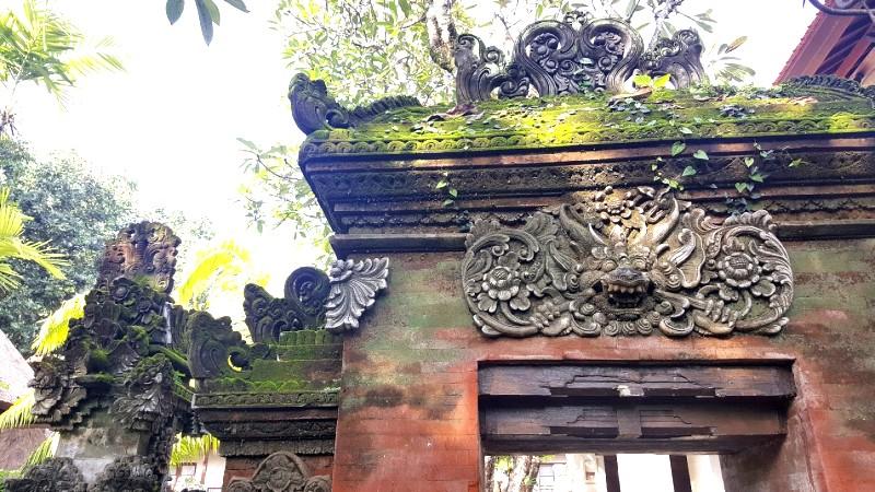 門の上の石像
