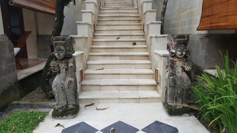 階段の下の石像