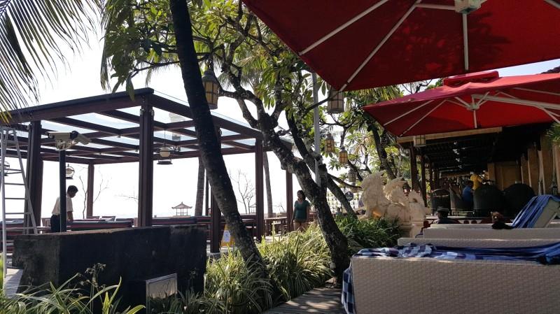 ホテルの海辺 ヤシの木 白いデイベッド