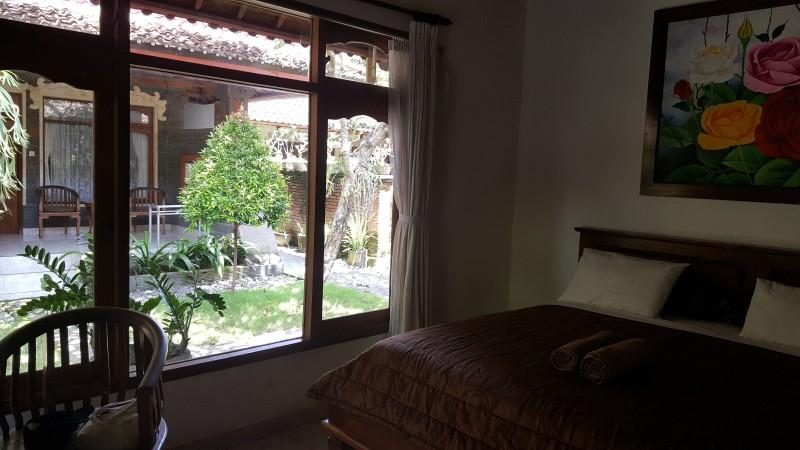 バリ島のホテル 部屋の中から明るい屋外を臨む