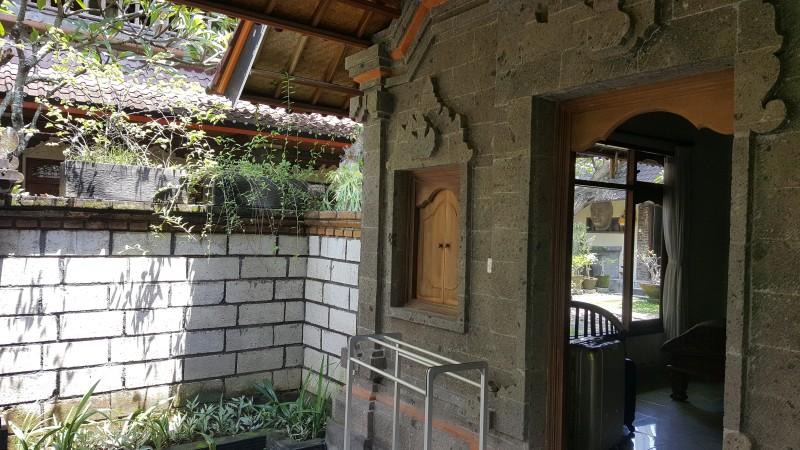 バリ島 1棟建てのホテルの部屋 石造りの壁