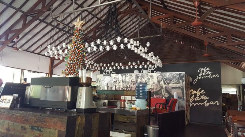 バリ島 サヌールの人気カフェの屋内 高い天井からカップとソーサーがたくさん吊り下げられている