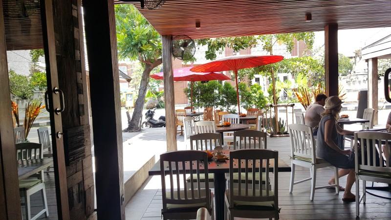 バリ島のカフェ オープンエアの席に赤い和傘のようなパラソル