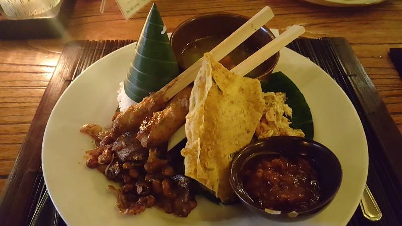 バリ島 レストランの食事 白米、鶏肉の串焼き、テンペ、サンバルが盛り合されている