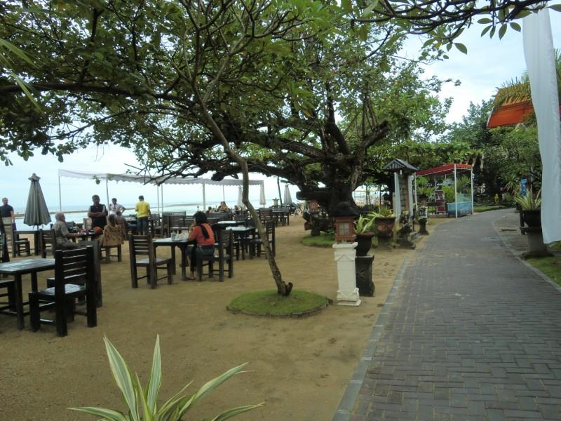 バリ島 サヌール 海岸線に沿った遊歩道 海側の砂浜にレストランの椅子とテーブルが並んでいる