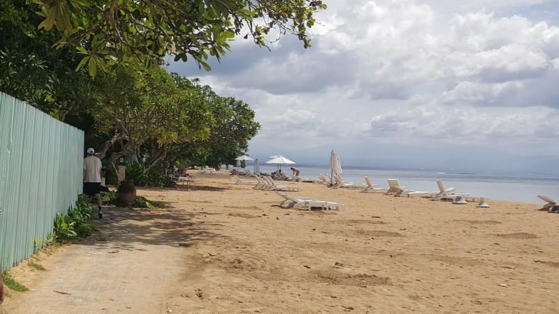 バリ島 サヌール 海岸線に沿った遊歩道 砂浜にパラソルと長椅子がある