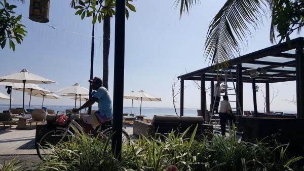 バリ島 サヌール ホテルの敷地を横切る遊歩道を自転車が通っている