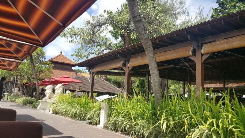 バリ島 サヌール 海岸線に沿った遊歩道 レストランがメニューを広げて待っている