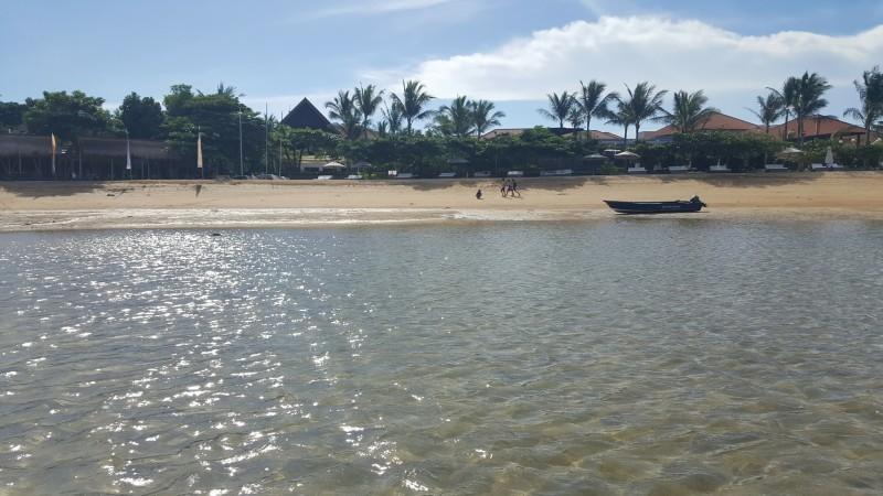バリ島 サヌール 海岸線に沿った遊歩道を遠浅の海の中から見る