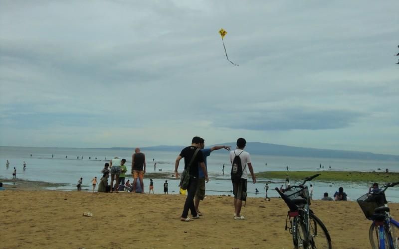 バリ島 サヌール 海岸線に沿った遊歩道から干潮の海を見る たくさんの人が海の中を歩いている