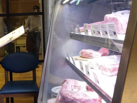 熟成肉の入った冷蔵ケース
