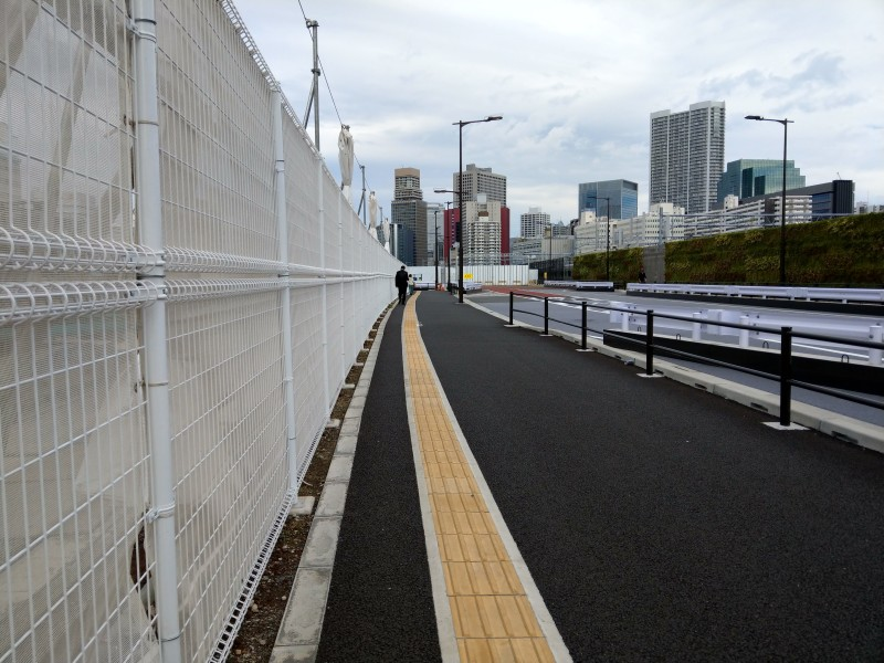 点字ブロックのある広くてまっすぐな長い歩道