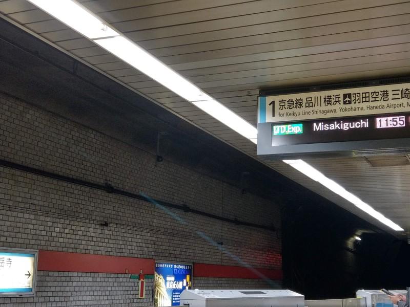 泉岳寺駅ホームの電光掲示板