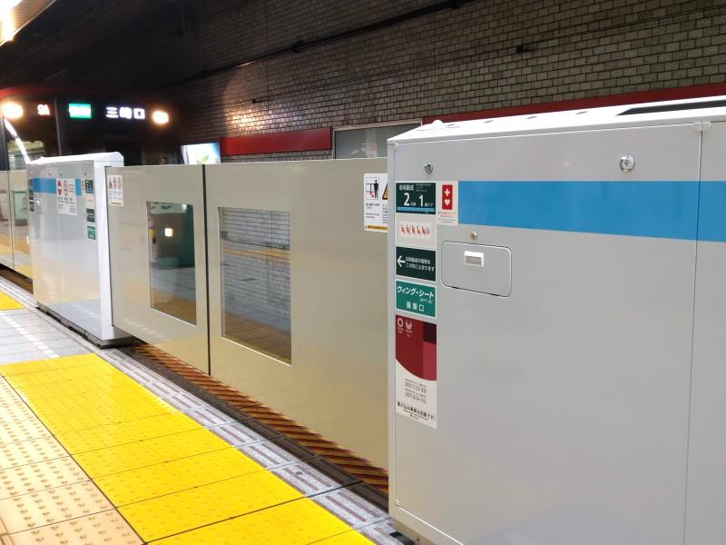 電車が入線してくる京急泉岳寺駅