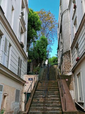 モンマルトルの丘の長い階段