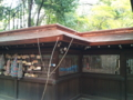 [twitter] 久々に梨木神社でお水飲んだ。社殿の屋根の葺き替え工事中の模様。