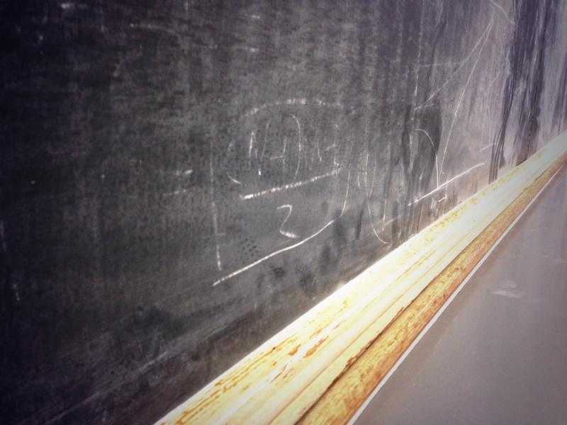 使い込まれた黒板。