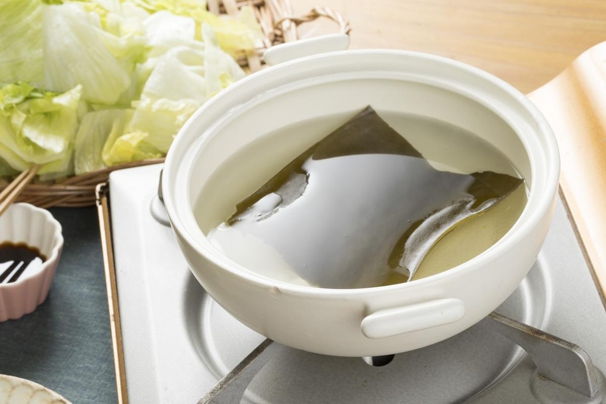 鍋で昆布の出汁をとる写真