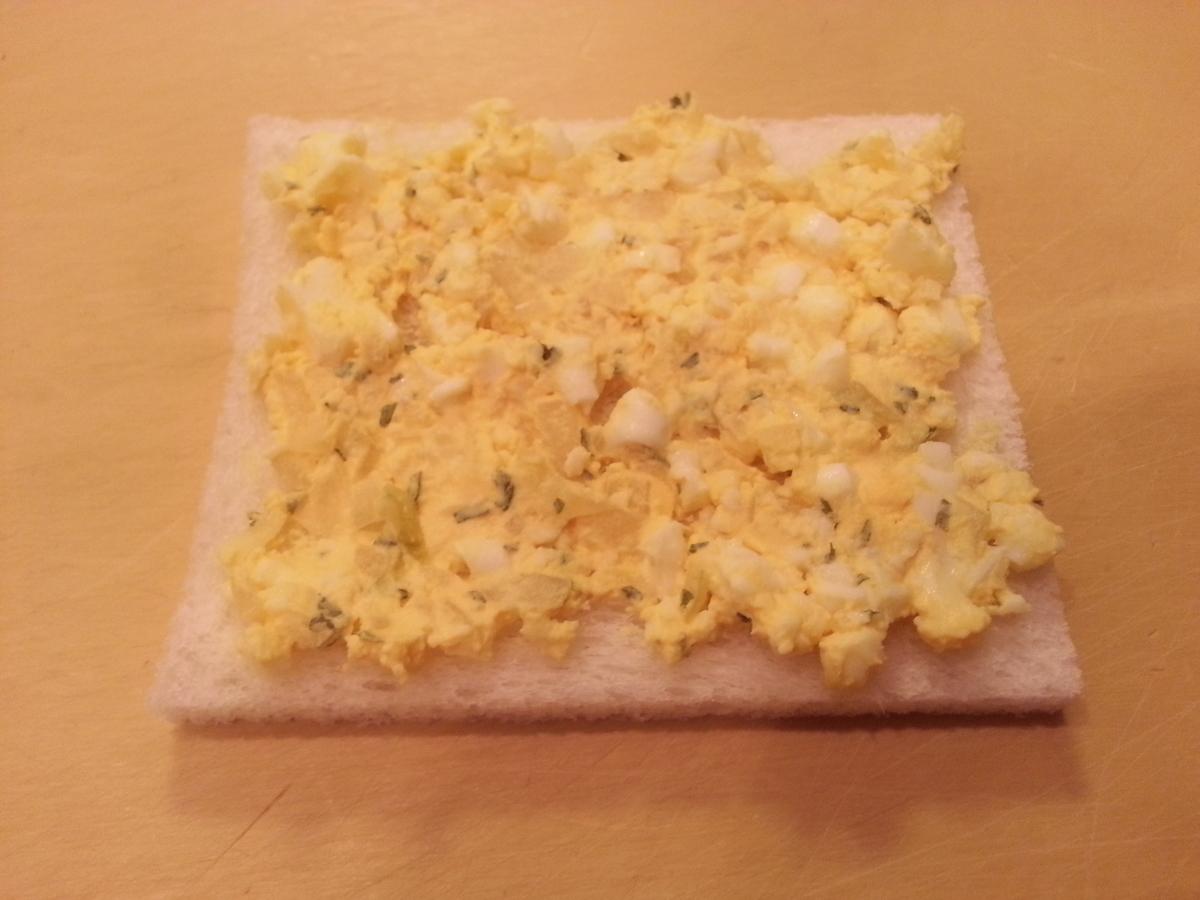 パンに卵を乗せた写真