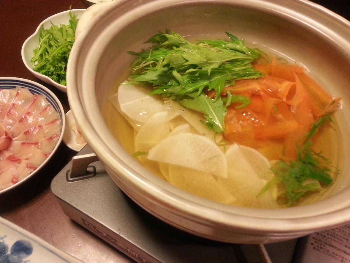 野菜を鍋に入れた写真