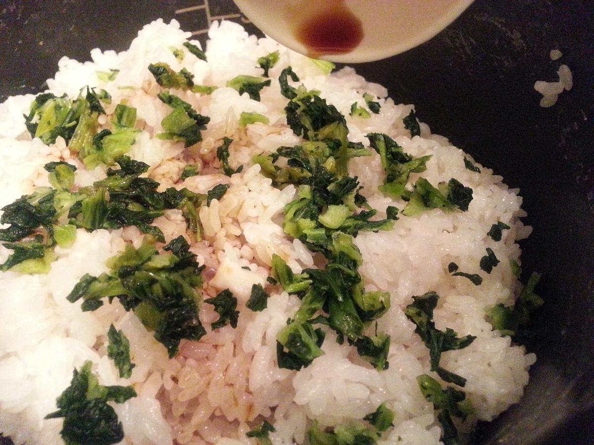 小松菜と醤油を混ぜ合わせる写真