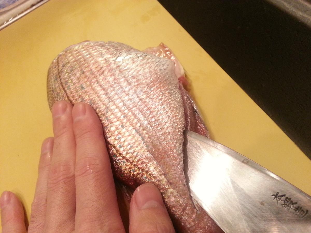 真鯛を鱗の付いたまま捌く