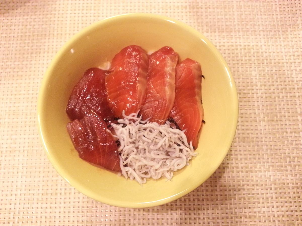 マグロとサーモン漬け丼の作り方(しらす付)