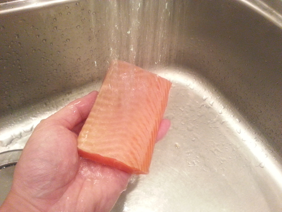 サーモン水洗い