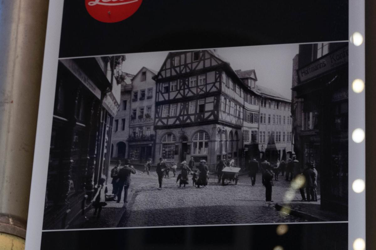 看板のオスカー・バルナックが撮影したとされる写真部分を拡大してみる。味のある良い写真だ。