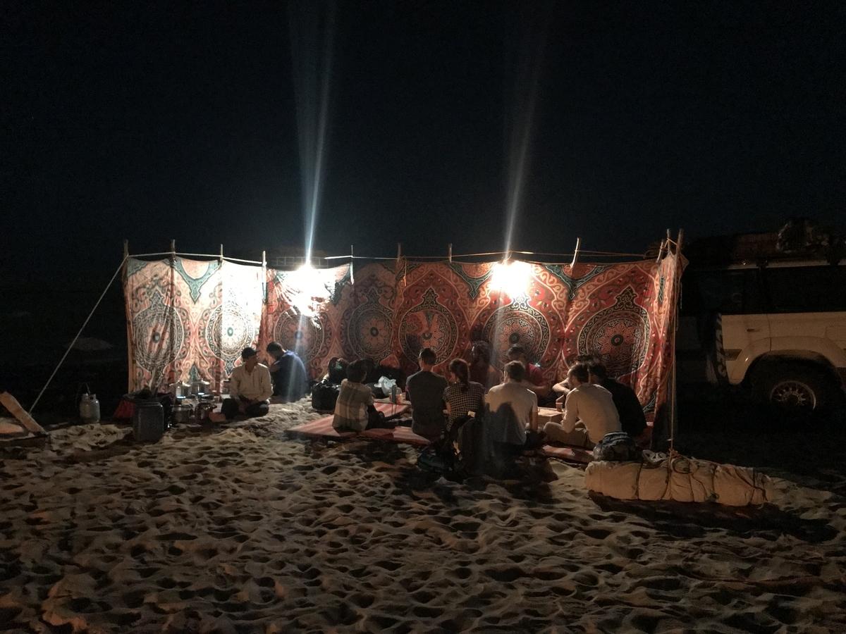 砂漠の真ん中に設置された屋根のない、壁は二方面だけのテント