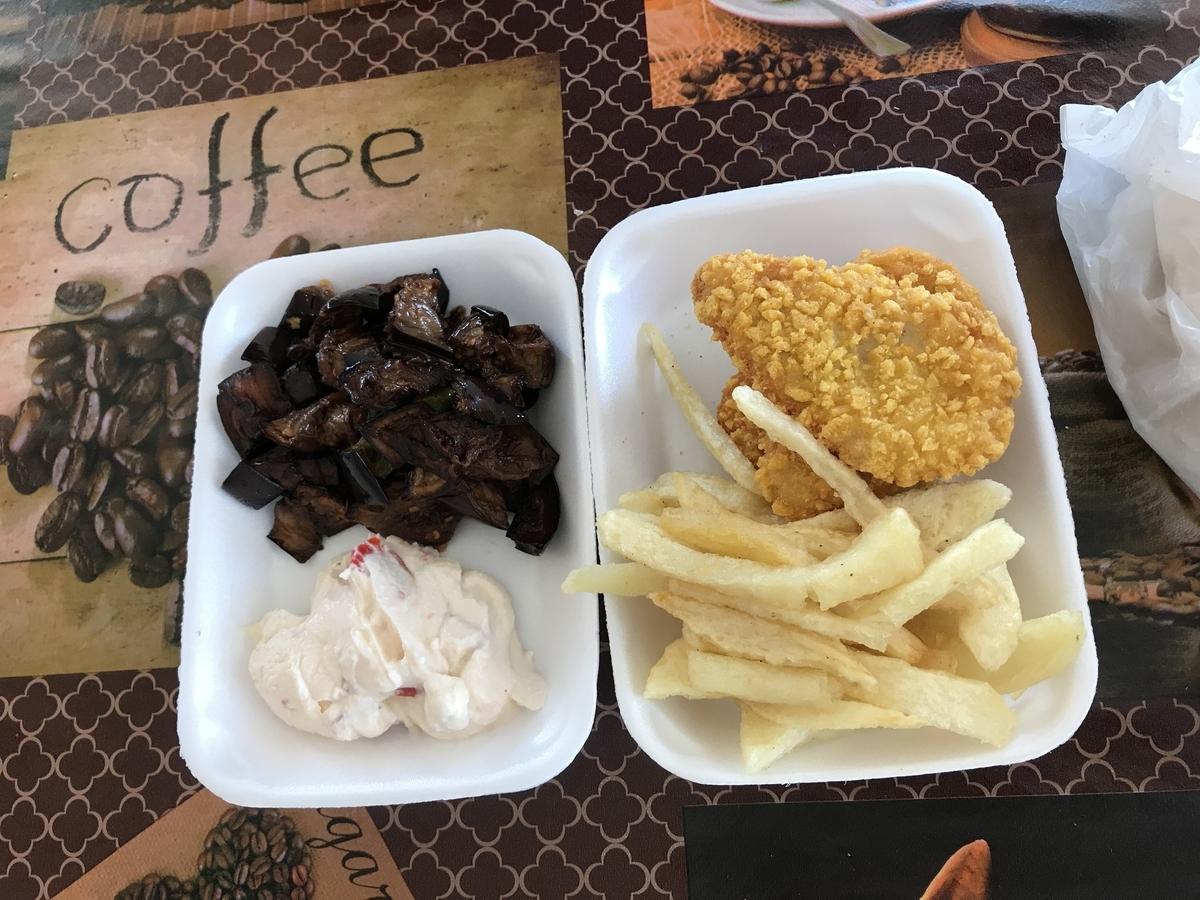 カイロとバハレイヤオアシスの中間点にある休憩所で朝食を食べる。