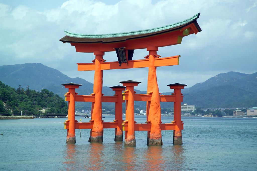 外国人旅行客におすすめしたい日本の人気観光スポット5選(厳島神社)