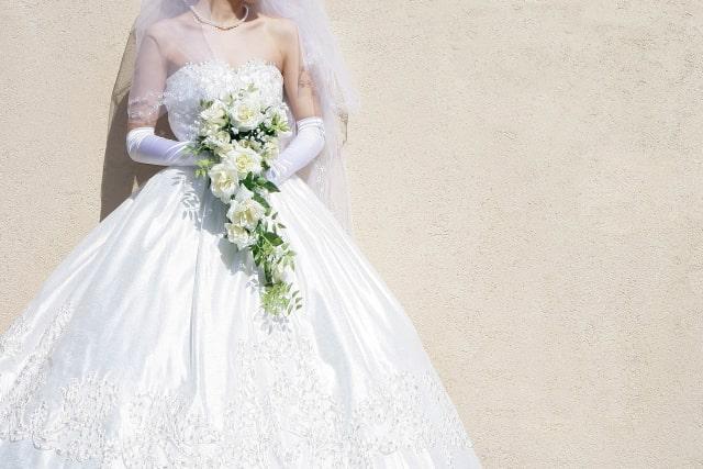 ブーケを持つウエディングドレス姿の花嫁さん