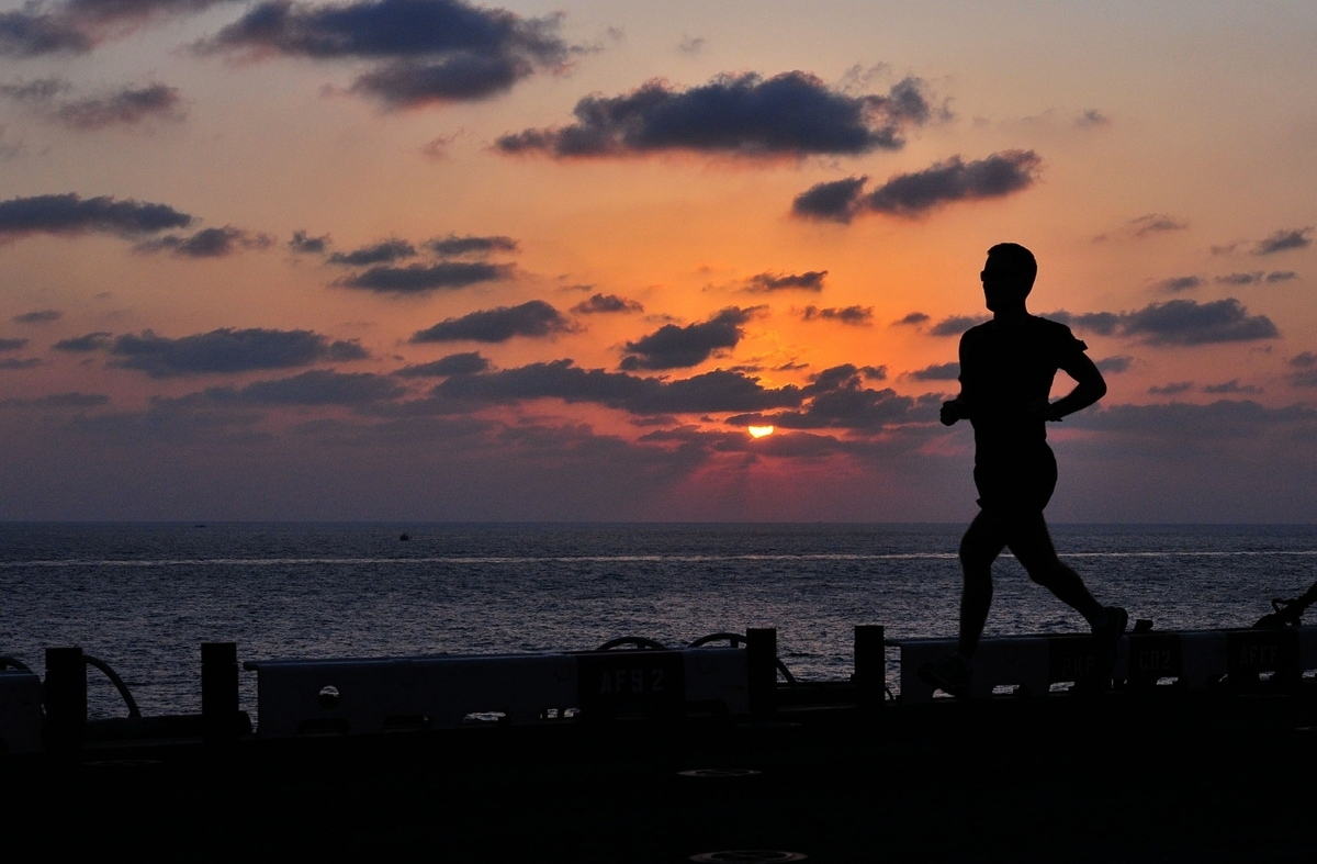 夕日を走る人