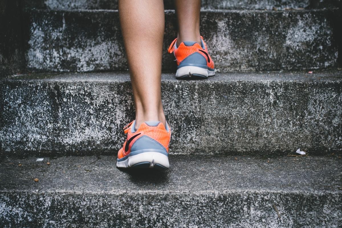 階段を走る人